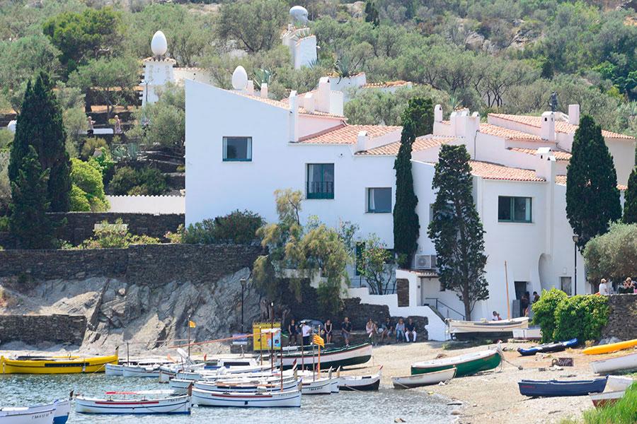 Casas cadaques fabulous fotos de cadaqus idlica pueblo pesquero con blanco casas espaa e - Casa rural en cadaques ...